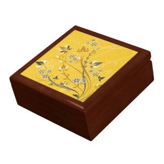 Rollen met bloemen op gele grond - decoratiedoosje