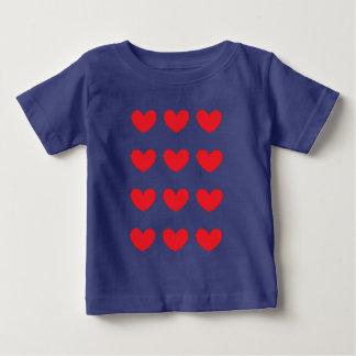 rood hart dat voor kind wordt betegeld baby t shirts