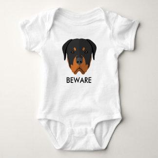 Rottweiler voorzichtig zijn romper