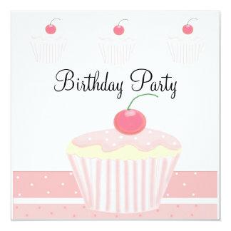 Roze Berijpte Verjaardag Cupcake 13,3x13,3 Vierkante Uitnodiging Kaart