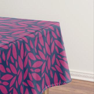 Roze bladeren die over donkerblauwe achtergrond tafelkleed