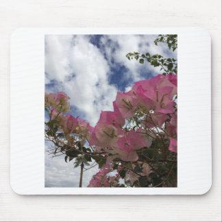 roze bloemen tegen een blauwe hemel muismat