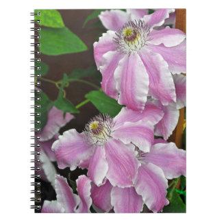 Roze en witte clematissenbloemen ringband notitieboek