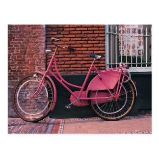 Roze Fiets tegen Bakstenen muur Briefkaart