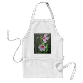 Roze op roze duo van hibiscusbloemen standaard schort