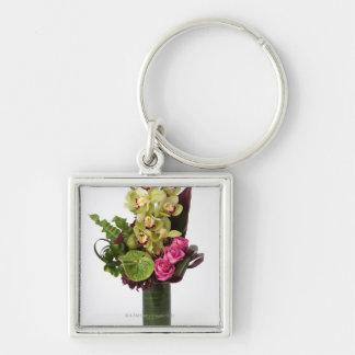 Roze rozen, groene anthuriums, cymbidiumorchideeën sleutelhanger