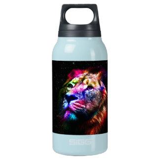 Ruimte leeuw - kleurrijke leeuw - leeuwkunst - geïsoleerde waterfles