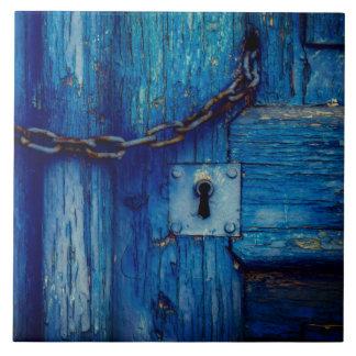Rustiek houten deursleutelgat en kettingstegel keramisch tegeltje