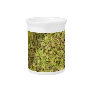 Ruwe gehakte pistaches in een plastic voedselpan bier pitcher