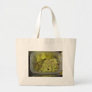 Ruwe gehakte pistaches in een plastic voedselpan grote draagtas