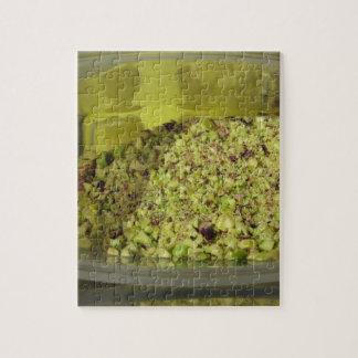 Ruwe gehakte pistaches in een plastic voedselpan legpuzzel