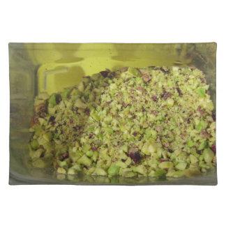 Ruwe gehakte pistaches in een plastic voedselpan placemat