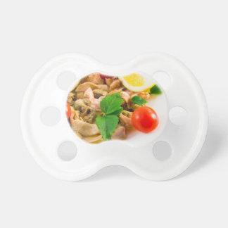 Salade van gebleekte stukken van zeevruchten op fopspeentje