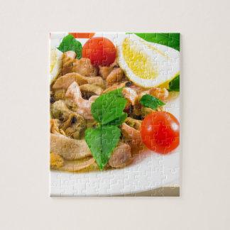Salade van gebleekte stukken van zeevruchten op foto puzzels