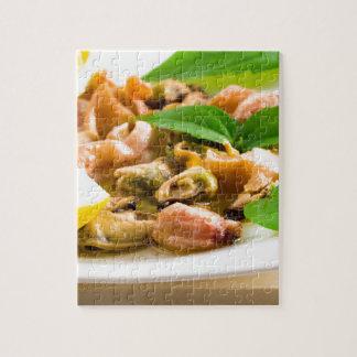 Salade van gebleekte zeevruchten op een wit bord puzzel