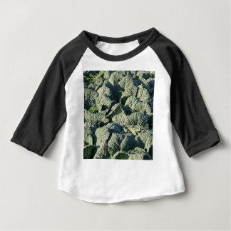 Savooiekoolplant op een gebied baby t shirts