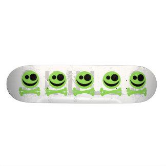 Schedel en Gekruiste knekels. Groen en Zwart Skateboard
