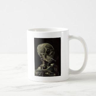 Schedel van een Skelet met het Branden van Sigaret Koffiemok