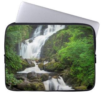 Schilderachtig de waterval van Torc, Ierland Laptop Sleeve