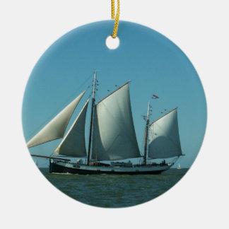 Schoener op zee rond keramisch ornament
