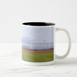 Schone energie door vele windturbines op gebieden tweekleurige koffiemok