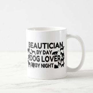Schoonheidsspecialist door 's nachts het koffiemok