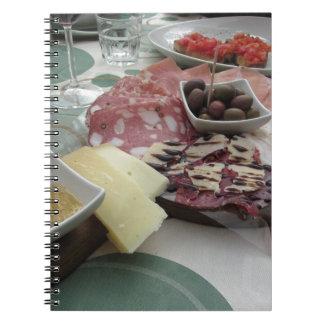 Schotel van fijne vleeswaren met rustieke ringband notitieboek