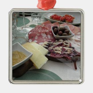 Schotel van fijne vleeswaren met rustieke zilverkleurig vierkant ornament