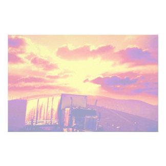 Semi-vrachtwagen en zonsondergang, Californië Briefpapier