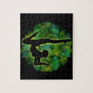 Silhouet van een persoon die gymnastiek of yoga puzzel