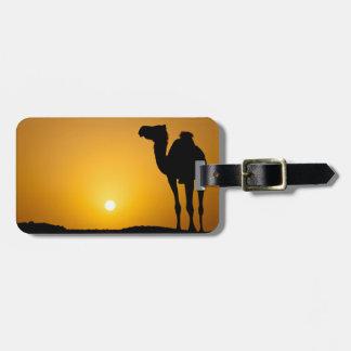 Silhouet van een wilde kameel bij zonsondergang kofferlabels