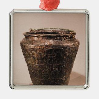 Situla met drie repousse decoratieve banden zilverkleurig vierkant ornament