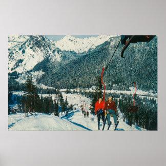 Skiërs op de ChairliftSnoqualmie Pas, WA Plaat