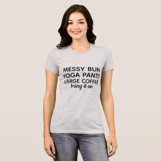 Slordig broodje, yogabroek, grote koffie t shirt