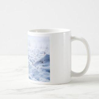 Sneeuw op een weide in de wintermacro koffiemok