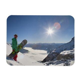 Snowboarder die vanaf bergbovenkant kijken magneet
