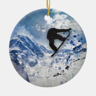 Snowboarder tijdens de vlucht rond keramisch ornament
