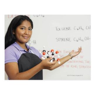 Spaans teenaged meisje in wetenschapsklasse briefkaart