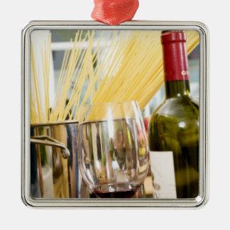 Spaghetti in pan met wijnfles en glazen zilverkleurig vierkant ornament