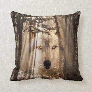 Spookachtig wolfsgezicht in het bos sierkussen