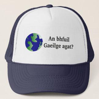 Spreekt u het Iers? in het Iers. Met wereldbol Trucker Pet