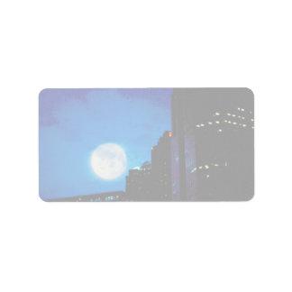 Stad bij nacht met maan etiket