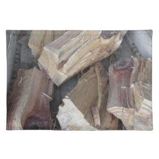 Stapel van onregelmatig gehakt brandhout op oude placemat