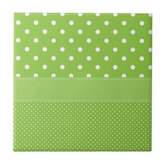 stippen op groen keramisch tegeltje