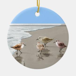 Strandlopers bij de Oever Rond Keramisch Ornament