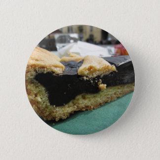 Stuk van chocoladecake op Groenboekservet Ronde Button 5,7 Cm