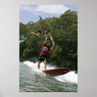 Surfen het achter elkaar in Noosa 2009 Poster