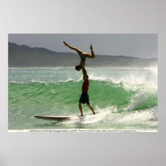 Surfen het achter elkaar in Noosa Poster