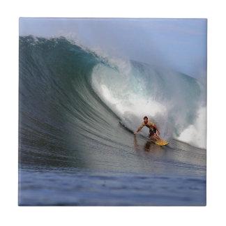 Surfer die reusachtige tropische eiland het surfen keramisch tegeltje
