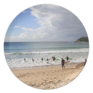 Surfers bij Mannelijk Strand, Australië Diner Bord